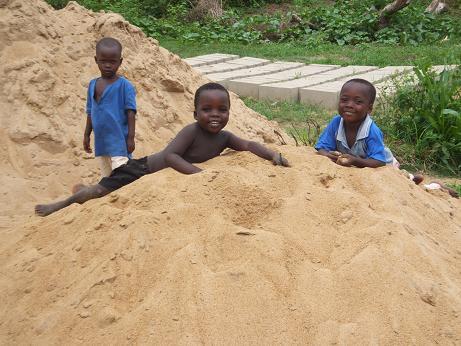 砂で戯れる子ども