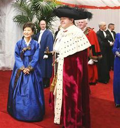 欧州歴訪中の朴槿恵大統領はチマ・チョゴリを着てニッコリ。そんなに浮かれていて大丈夫か (ロイター)