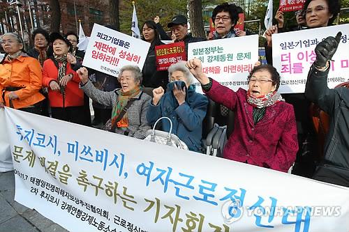日本大使館前で強制徴用被害者への迅速な謝罪と補償を求める被害者ら=7日、ソウル(聯合ニュース)
