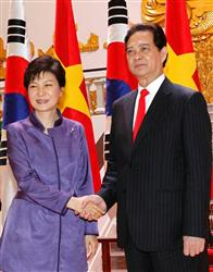 ベトナムのグエン・タン・ズン首相(右)と握手する朴槿恵大統領