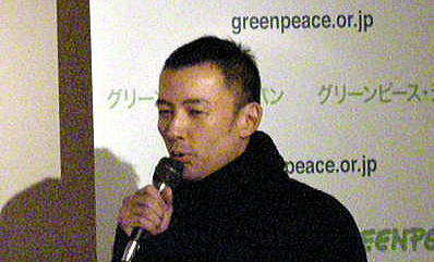 テロ集団のグリーンピース・ジャパン「クジラ肉裁判」初公判直前イベントで挨拶する俳優の山本太郎(2010年1月