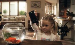 サムスン 水の入った金魚鉢に防水機能の無いGalaxyS2を投入するCMを公開