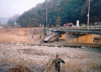 橋から落ちたK1戦車