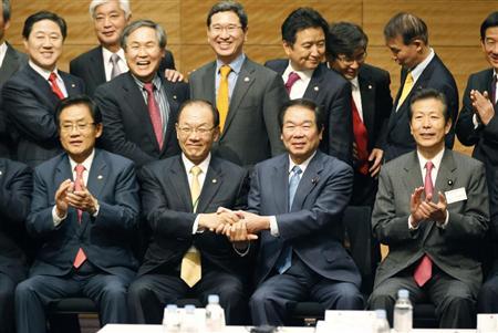 友好関係の重要性を指摘した共同声明を採択し、握手を交わす韓日議員連盟の黄祐呂会長(前列中央左)と日韓議員連盟の額賀福志郎会長=30日午後、衆院第1議員会館