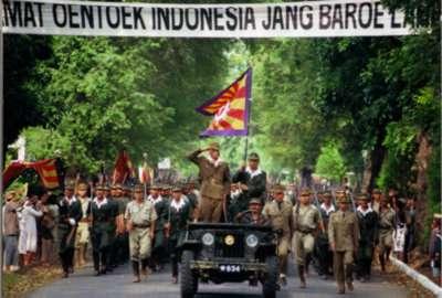 日本兵を先頭に行進インドネシア