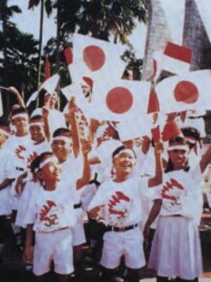 「日の丸」を掲げ称えるインドネシアの子供達