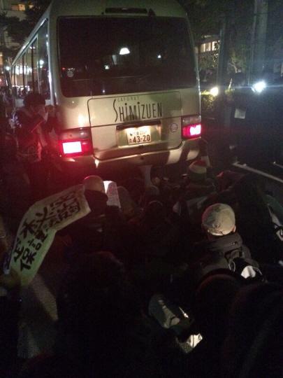 バスの両側ではさまってます特定秘密保護法案の反対者たち=テロリスト