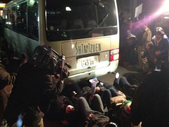 いま バスのしたに!特定秘密保護法案の反対者たち=テロリスト