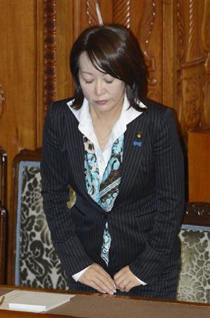 参院本会議で特定秘密保護法が可決、成立し、一礼する法案担当の森雅子少子化担当相=6日夜