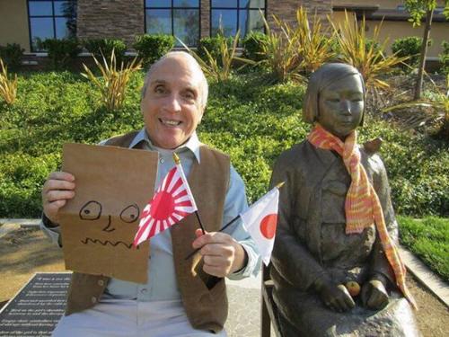 テキサス親父が慰安婦像に旭日旗を持たせ、顔に紙袋かぶせる→「侮辱」だと韓国激怒