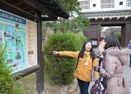 岡山城前で案内地図を点検する外国人留学生ら