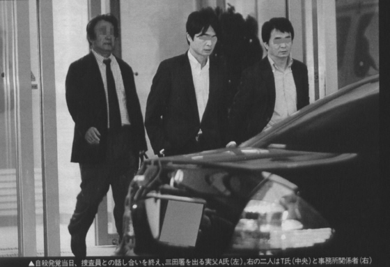 自殺(他殺?)発覚当日、捜査員との話し合いを終え、三田署を出る川田亜子の実父(左)、右の二人は谷口元一(中央)と事務所関係者(右)