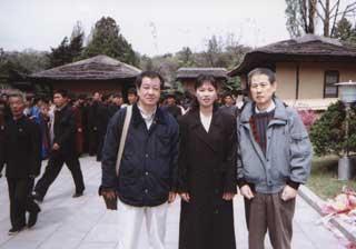 金日成主席の生家で。木村三浩氏(左)、ガイドさん(中)(4・26)
