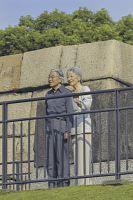 皇居・東御苑にある旧江戸城の天守台に上がられる天皇、皇后両陛下。両陛下は毎週日曜日の朝に同御苑を散策し、天守台から皇居ランナーや東京スカイツリーをご覧になっている(2013年9月22日)=宮内庁提供