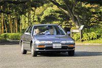 助手席に皇后さまを乗せて皇居・東御苑の中を運転される天皇陛下(2013年9月22日)=宮内庁提供