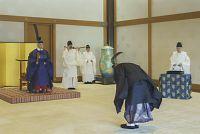式年遷宮儀式が行われる伊勢神宮へお使いを差し向ける儀式「神宮勅使発遣の儀」に臨まれる天皇陛下(皇居・宮殿「竹の間」で、2013年9月30日)=宮内庁提供