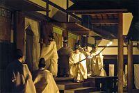 宮中祭祀(さいし)の新嘗祭神嘉殿の儀(夕の儀)に臨まれる天皇陛下。新嘗祭は、その年収穫された新米などを神に供え、収穫に感謝する祭祀(皇居・神嘉殿で、2013年11月23日)=宮内庁提供