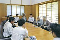 海外から帰国した青年海外協力隊員、日系社会青年ボランティアの代表と懇談される両陛下。両陛下は皇太子夫妻時代から同協力隊の活動を後押しされてきた(皇居・御所で、2013年9月9日)=宮内庁提供