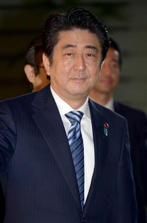 26日午前、官邸に入った安倍首相(酒巻俊介撮影)