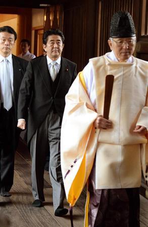 靖国神社で参拝する安倍首相=26日午前、東京都千代田区の靖国神社(産経新聞)