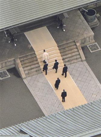 参拝のため靖国神社の本殿に向かう安倍首相(2列目中央)=26日午前11時43分、東京・九段北