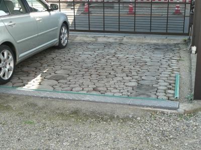 丸太敷きカーポート床