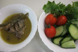 グリーンカレーとサラダ