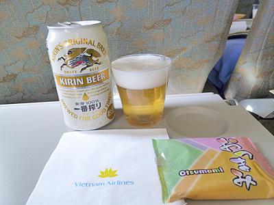 ハノイ行きの飛行機で出たビールとおつまみ