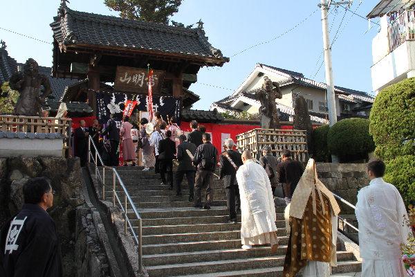 山門に入寺する新住職IMG_3109(1)
