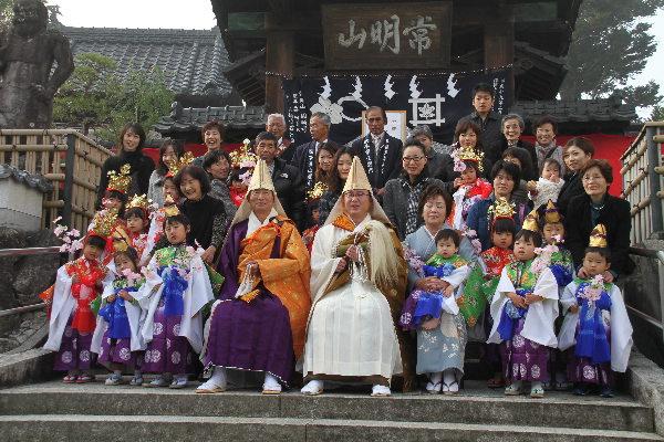 天童稚児参加の第1組目のみなさんと記念写真IMG_3081(1)