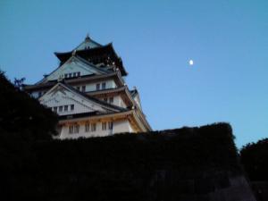 大阪城天守閣と上弦の月(大阪城 城灯りの景 2012)