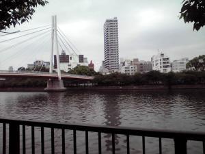 120611 造幣局のすぐ横を流れる大川にかかる橋(昼下がり)