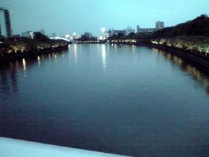 120611 造幣局のすぐ横を流れる大川(橋の上から)