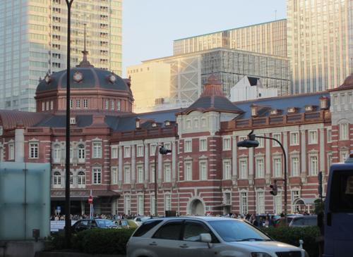 ガラスのビルと東京駅
