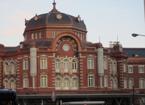 夕暮れ前の東京駅