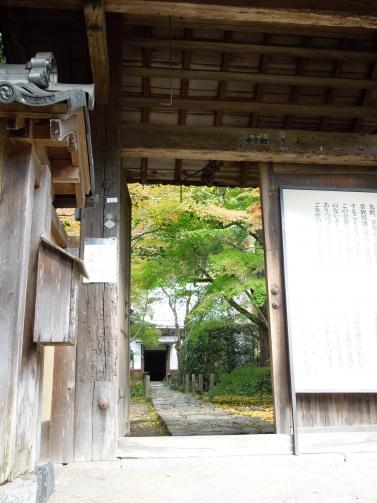 蓮花寺 門から望む庭