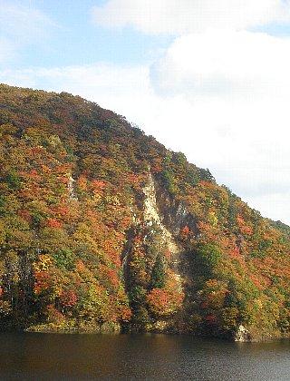ダム湖 岩と