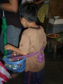 フリー・ザ・チルドレン・ジャパン-child vendor in Philippines