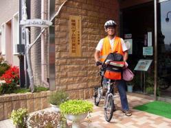 防災資料館の前の山田さん