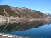 鏡のようなダム湖