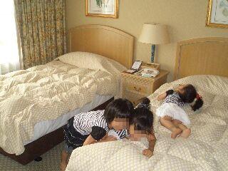 はしゃぐ三姉妹