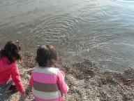 海辺でたたずむ