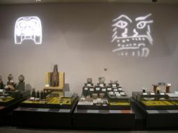 土器や装飾品の展示