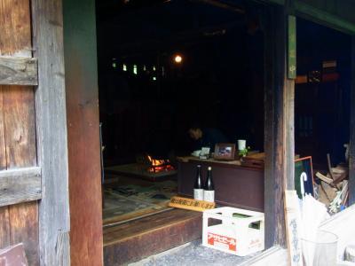 嘉門次小屋の囲炉裏で焼く岩魚の香り