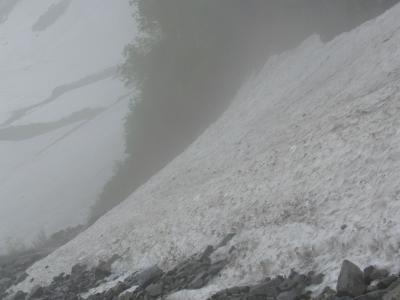トラバースした雪渓は深く落ちている