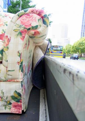 120704道の上の花柄ソファ