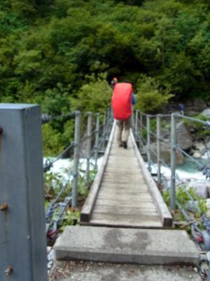 本谷橋を渡ります