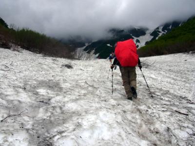 カールの雪渓を登ります