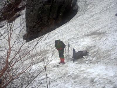 涸沢の雪渓をくだる