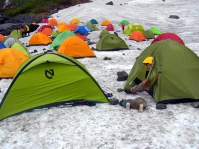 涸沢カールのテン場はまだまだ雪上
